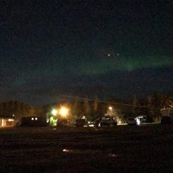 Desde la camper estacionada en el camping, mirando al cielo y un poquito de auroras boreales